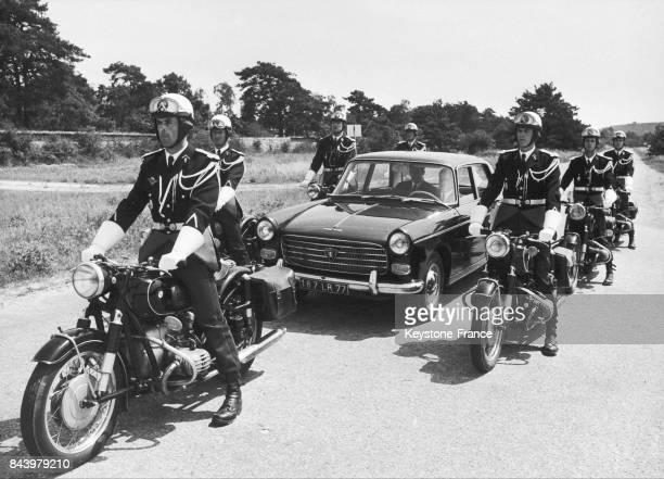 Exercice fictif autour d'une voiture pour accompagner et protéger une personnalité lors de la formation des gendarmes à moto sur des Terrot 500 cm3...