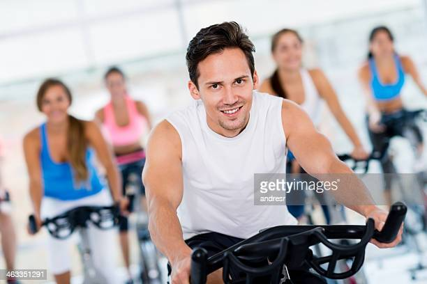 Instructeur de Spinning au centre de remise en forme