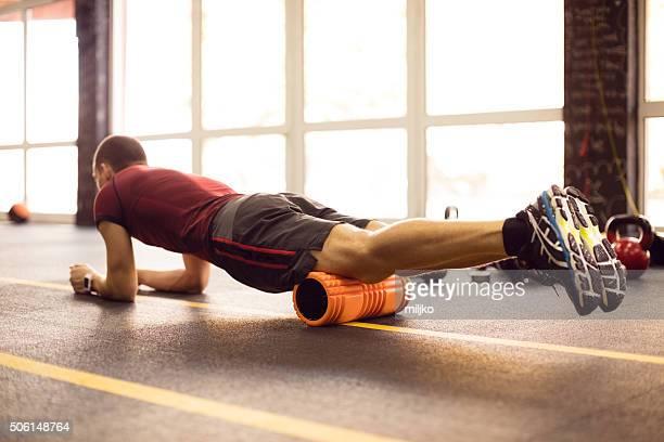 Ejercite con rodillo de espuma en el gimnasio