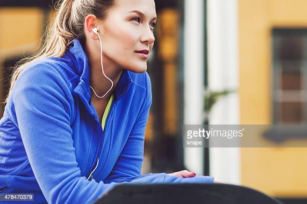 屋外でのエクササイズをする女性