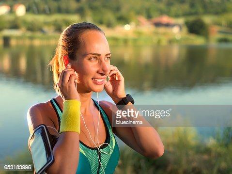 Exercising woman outdoors : Stockfoto