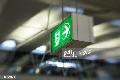 出口のサインには、アムステルダムスキポール空港