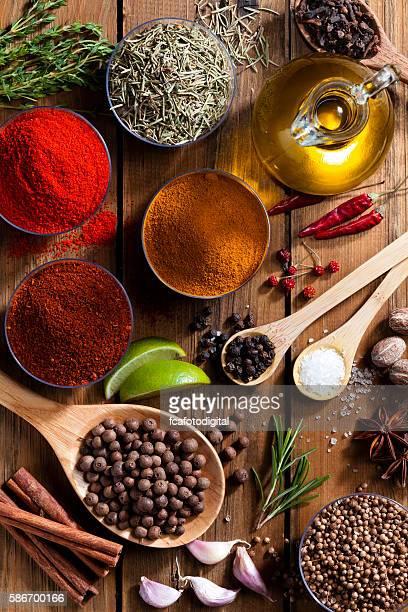 Épices et herbes sur la table en bois rustique