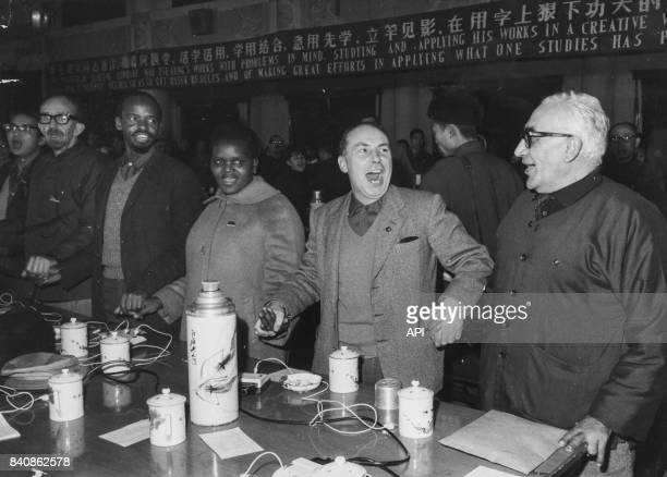 Experts étrangers chantant 'L'Internationale' lors de leur débat sur Norman Bethune le 29 décembre 1966 à Pékin Chine
