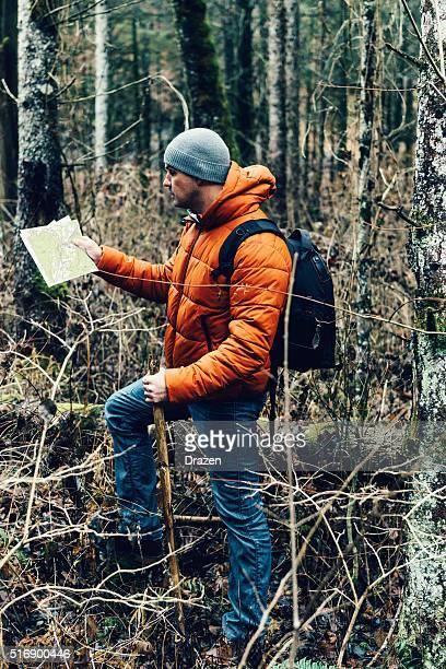 Explorer Wandern im national park und der Suche nach Richtung in der Nähe der river
