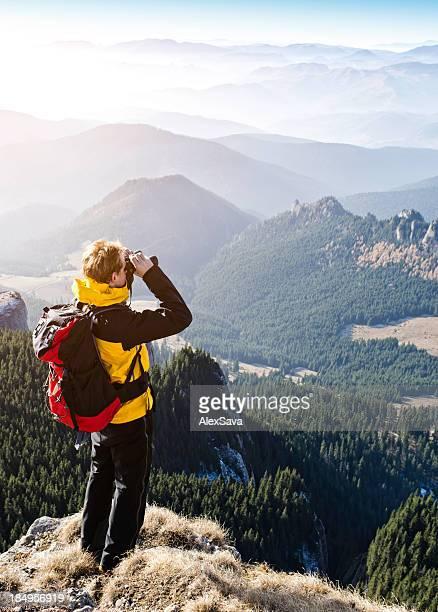 explorer Blick durchs Fernglas in Bergen