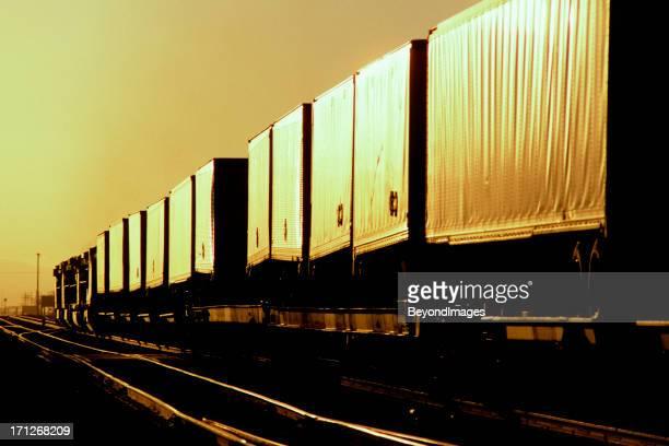 Express intermodalen Güterzug heads in den Sonnenuntergang.