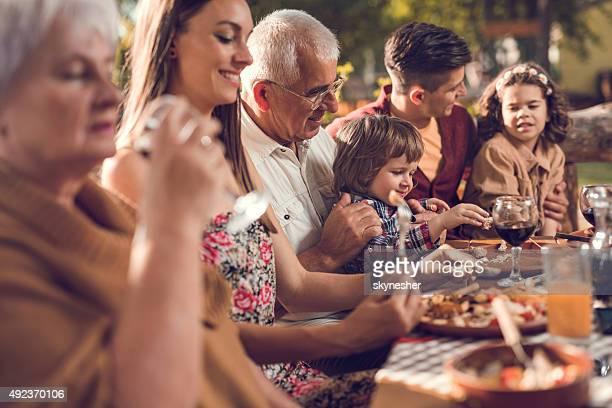 Famiglia estesa mangiare al ristorante.