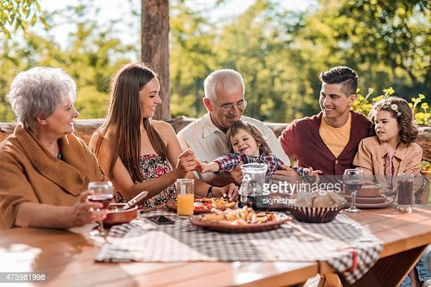 Famille appréciant dans un restaurant durant le printemps.
