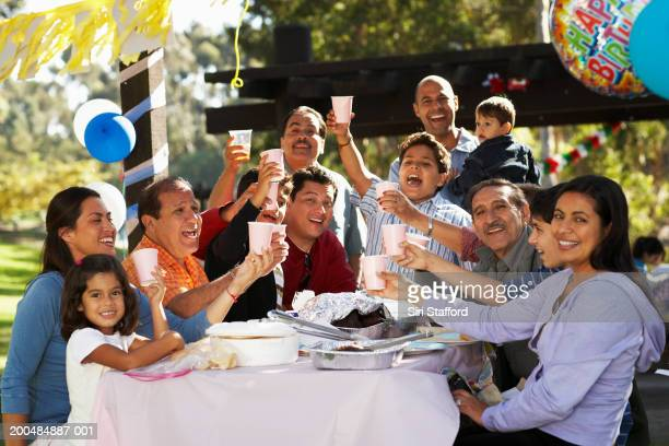Familia tener fiesta en el parque