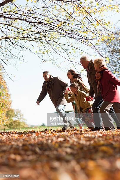 Familie läuft im park