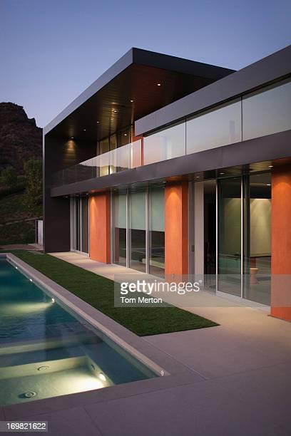 Extérieur de la maison moderne, piscine