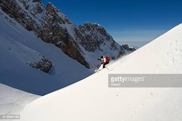 Estremi sciatore la discesa in neve colonna vertebrale