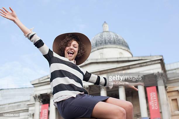 Jungen Frau in Hut ein historisches Wahrzeichen in London
