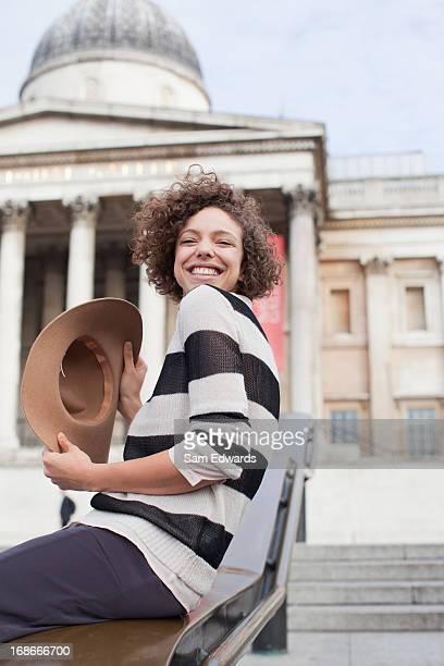 Jungen Frau mit Hut ein historisches Wahrzeichen in London