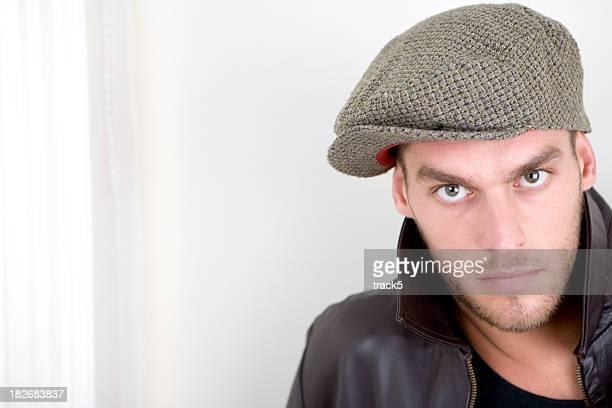 視線を、ニュートラルな表情、フラットキャップ、ハンサムな男性モデル