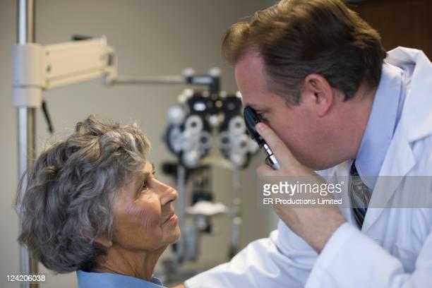 Olho médico verificar mulher de Olhos