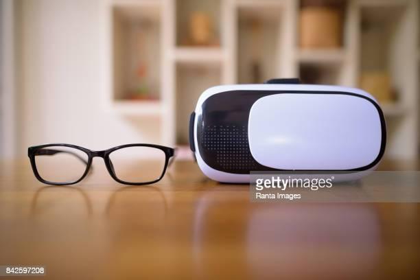 Brillen und virtual-Reality-Kopfhörer Verlegung auf Holztisch zu Hause