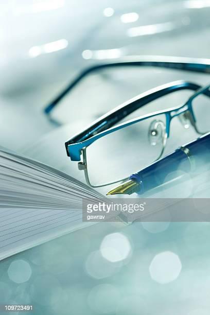 Occhiali, penna stilografica e portatile