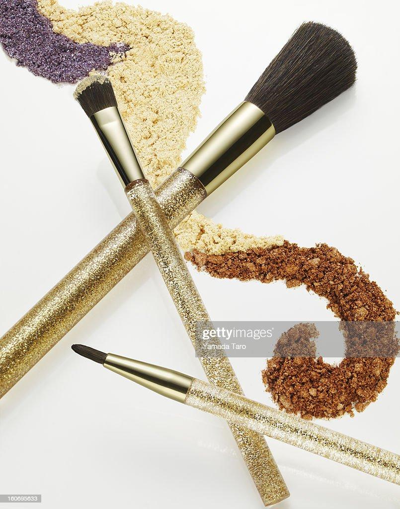 Eyeshadow powder and make-up brush