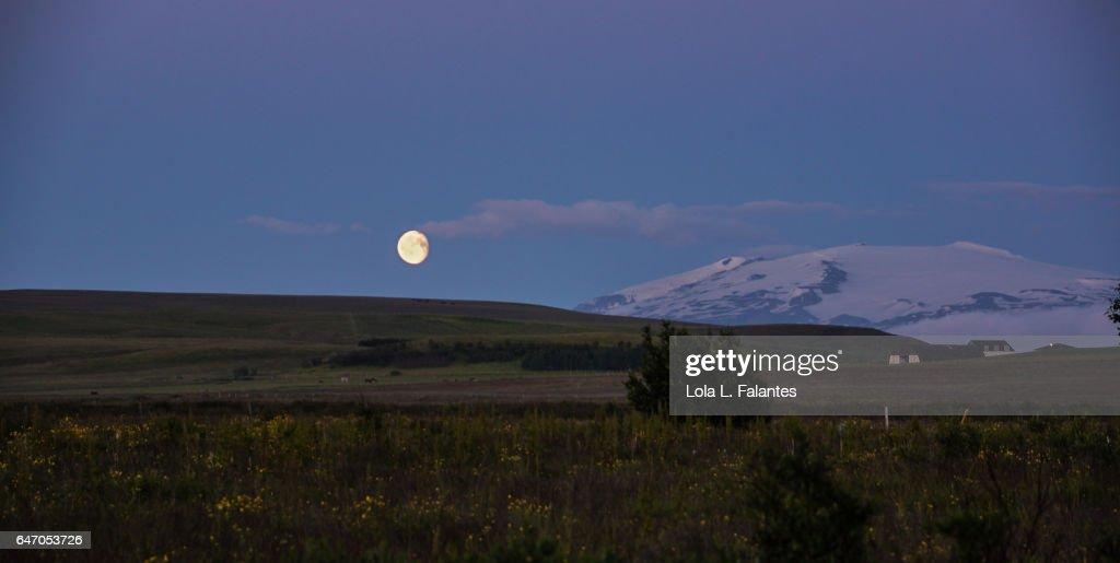 Eyjafjallajökull volcano and a full moon : Foto de stock