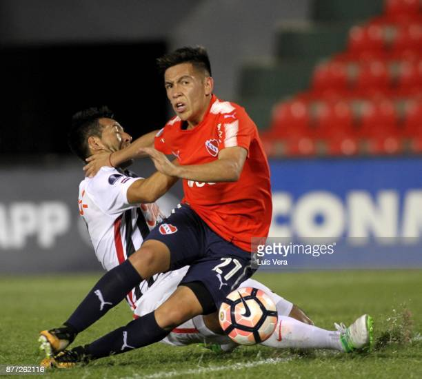 Ezequiel Barco of Independiente fights for the ball with Antonio Bareiro of Libertad during a first leg match between Libertad and Independiente as...