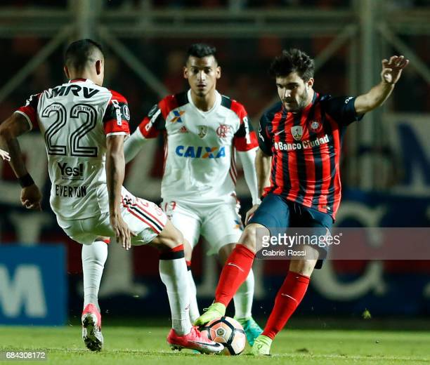 Ezequiel Cerutti of San Lorenzo fights for the ball with Everton of Flamengo during a group stage match between San Lorenzo and Flamengo as part of...