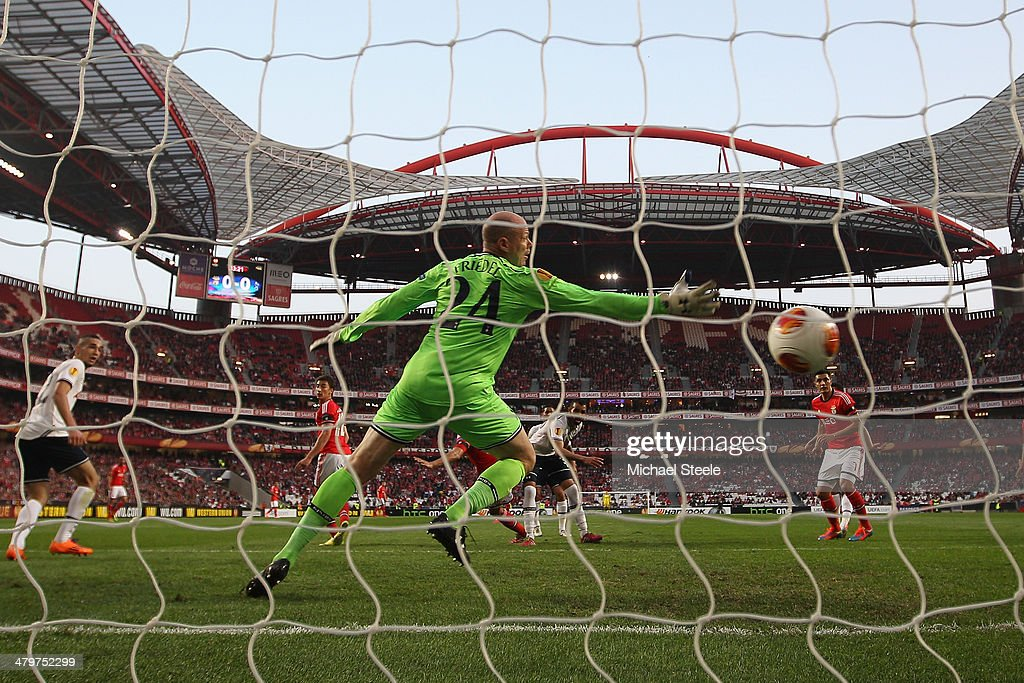 <a gi-track='captionPersonalityLinkClicked' href=/galleries/search?phrase=Ezequiel+Garay&family=editorial&specificpeople=857797 ng-click='$event.stopPropagation()'>Ezequiel Garay</a> of SL Benfica heads his sides opening goal past <a gi-track='captionPersonalityLinkClicked' href=/galleries/search?phrase=Brad+Friedel&family=editorial&specificpeople=210857 ng-click='$event.stopPropagation()'>Brad Friedel</a> of Tottenham Hotspur during the UEFA Europa League Round of 16 2nd leg match between SL Benfica and Tottenham Hotspur at Estadio da Luz on March 20, 2014 in Lisbon, Portugal.