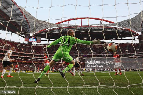 Ezequiel Garay of SL Benfica heads his sides opening goal past Brad Friedel of Tottenham Hotspur during the UEFA Europa League Round of 16 2nd leg...