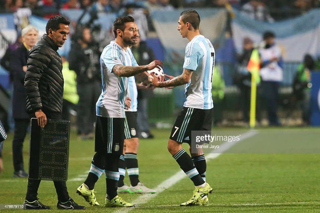 <a gi-track='captionPersonalityLinkClicked' href=/galleries/search?phrase=Ezequiel+Lavezzi&family=editorial&specificpeople=5451126 ng-click='$event.stopPropagation()'>Ezequiel Lavezzi</a> of Argentina substitutes Angel di Maria of Argentina during the 2015 Copa America Chile quarter final match between Argentina and Colombia at Sausalito Stadium on June 26, 2015 in Viña del Mar, Chile.