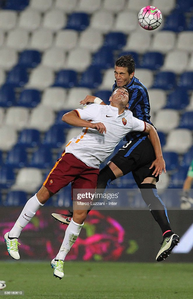 Ezequiel Ponce of AS Roma competes for the ball with Stefan Razvan Popa (back) of FC Internazionale during the juvenile playoff match between FC Internazionale and AS Roma at Mapei Stadium - Citta' del Tricolore on March 31, 2016 in Reggio nell'Emilia, Italy.