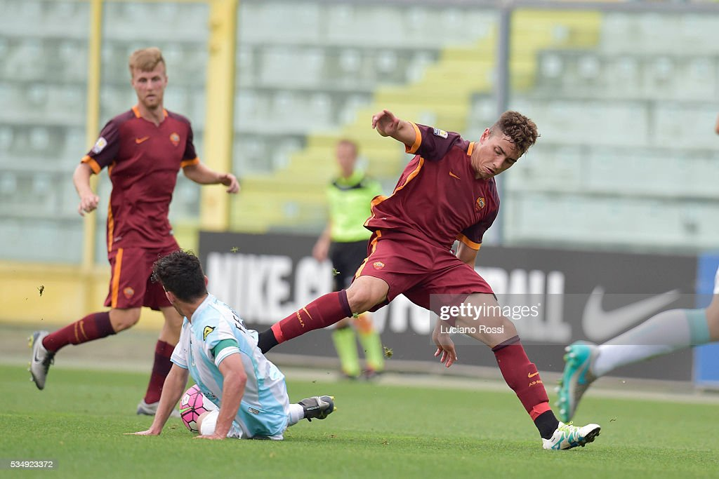 Ezequiel Ponce of AS Roma is challenged by Lorenzo Ferrante of Virtus Entella during the Juvenile playoff match between AS Roma and Virtus Entella on May 28, 2016 in Sassuolo, Italy.