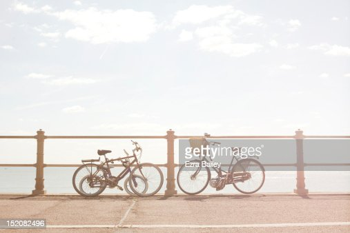 Bikes against beach railings : Bildbanksbilder