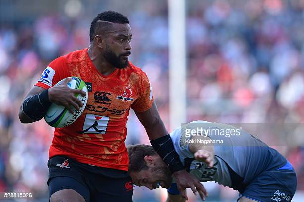Faatiga Lemalu of Sunwolves fends off the tackle during the round 11 Super Rugby match between the Sunwolves and the Force at Prince Chichibu Stadium...