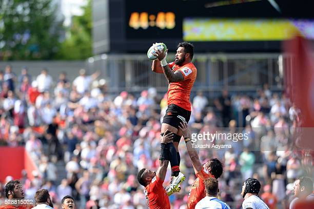 Faatiga Lemalu of the Sunwolves takes the ball during the round 11 Super Rugby match between the Sunwolves and the Force at Prince Chichibu Stadium...