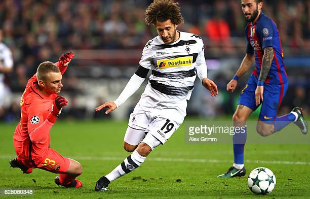 Fabian Johnson of Borussia Moenchengladbach attempts to take the ball past Jasper Cillessen of Barcelona during the UEFA Champions League Group C...