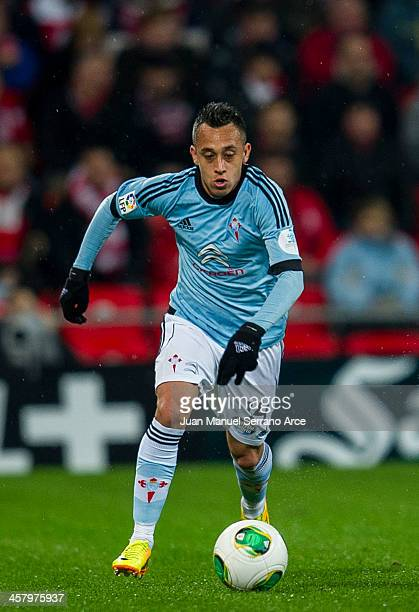 Fabian Orellana ofÊCelta de Vigo controls the ball duringÊthe Copa del Rey Round of 32 match betweenÊAthletic ClubÊandÊCelta de VigoÊat San Mames...