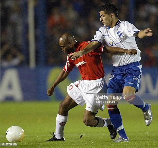 Fabinho de Internacional de Brasil es marcado por Juan Albin de Nacional de Uruguay en partido de ida de octavos de final de la Copa Libertadores de...