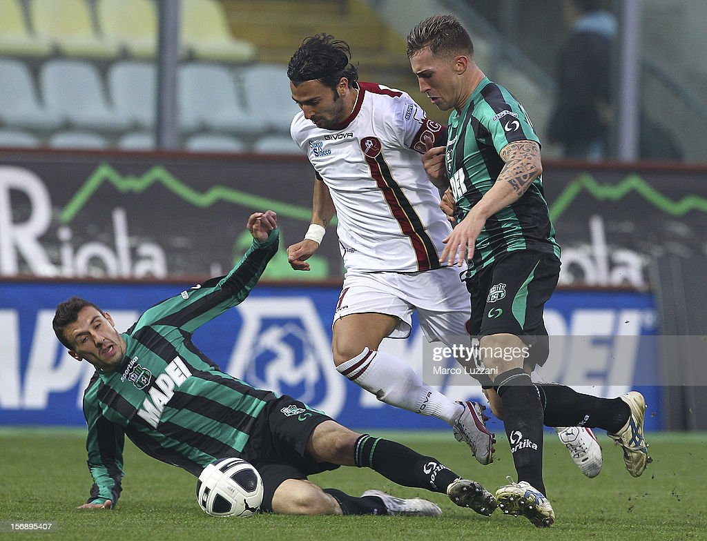 Fabio Ceravolo (C) of Reggina Calcio competes for the ball with Alessandro Longhi (L) and Emanuele Terranova (R) of US Sassuolo during the Serie B match between US Sassuolo and Reggina Calcio at Alberto Braglia Stadium on November 24, 2012 in Modena, Italy.