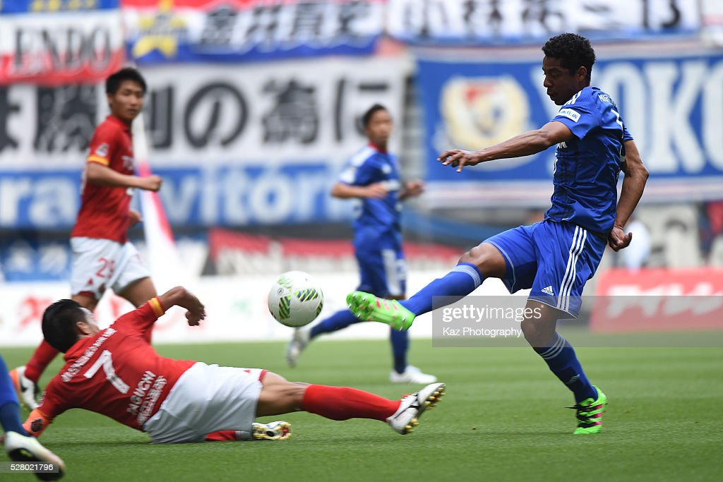 Fabio of Yokohama F.Marinos shoots the ball under the challenge from <a gi-track='captionPersonalityLinkClicked' href=/galleries/search?phrase=Taishi+Taguchi&family=editorial&specificpeople=9029654 ng-click='$event.stopPropagation()'>Taishi Taguchi</a> of Nagoya Grampus during the J.League match between Nagoya Grampus and Yokohama F.Marinos at the Toyota Stadium on May 4, 2016 in Toyota, Aichi, Japan.