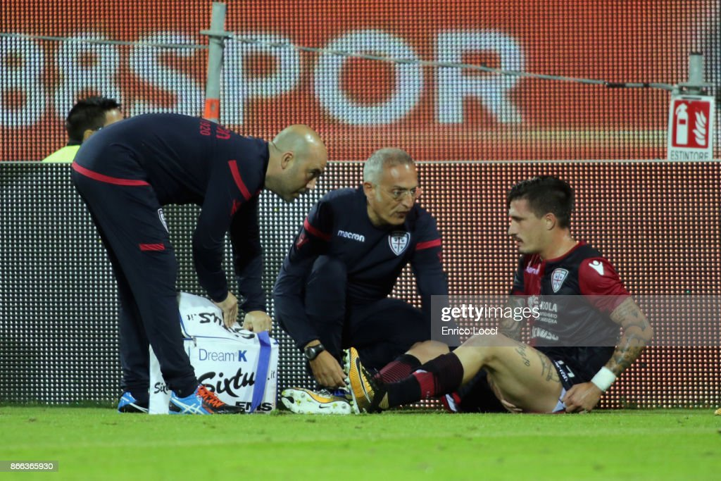 Fabio Pisacane of Caglairi is treatred for an injury during the Serie A match between Cagliari Calcio and Benevento Calcio at Stadio Sant'Elia on October 25, 2017 in Cagliari, Italy.