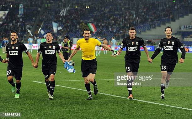 Fabio Quagliarella Simone Padoin Gianluigi Buffon Andrea Barzagli and Federico Peluso of Juventus celebrate their victory after the Serie A match...