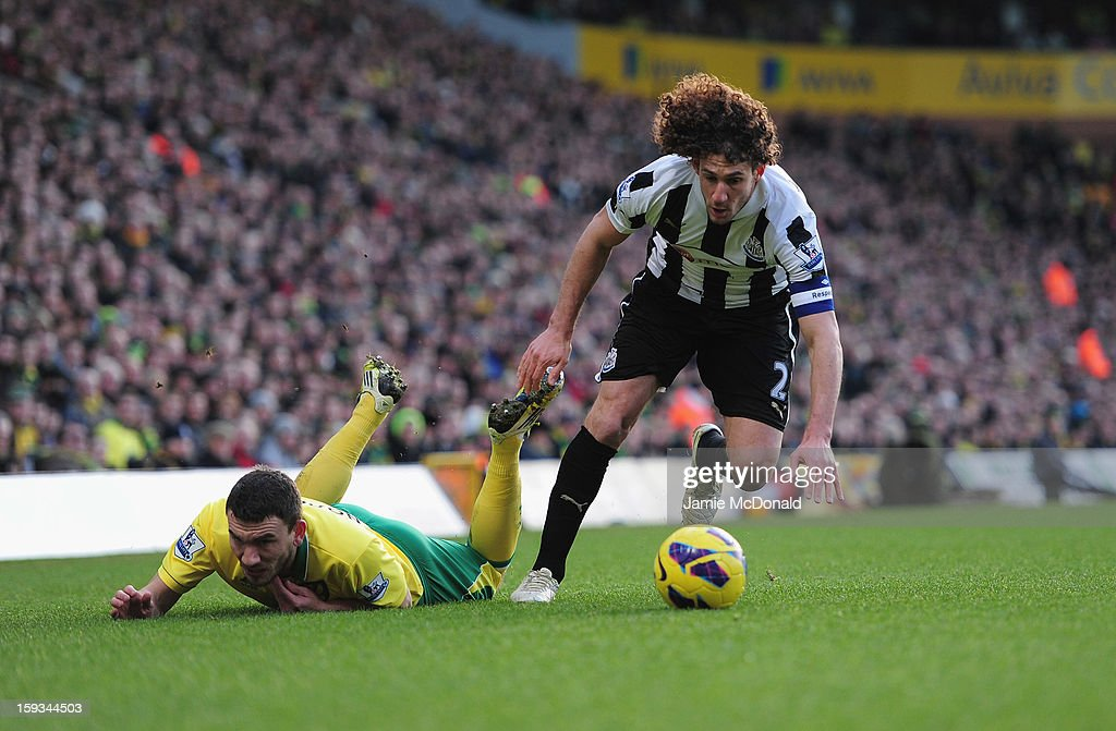 <a gi-track='captionPersonalityLinkClicked' href=/galleries/search?phrase=Fabricio+Coloccini&family=editorial&specificpeople=469707 ng-click='$event.stopPropagation()'>Fabricio Coloccini</a> of Newcastle United battles with Robert Snodgrass of Norwich City during the Barclays Premier League match between Norwich City and Newcastle United at Carrow Road on January 12, 2013 in Norwich, England.
