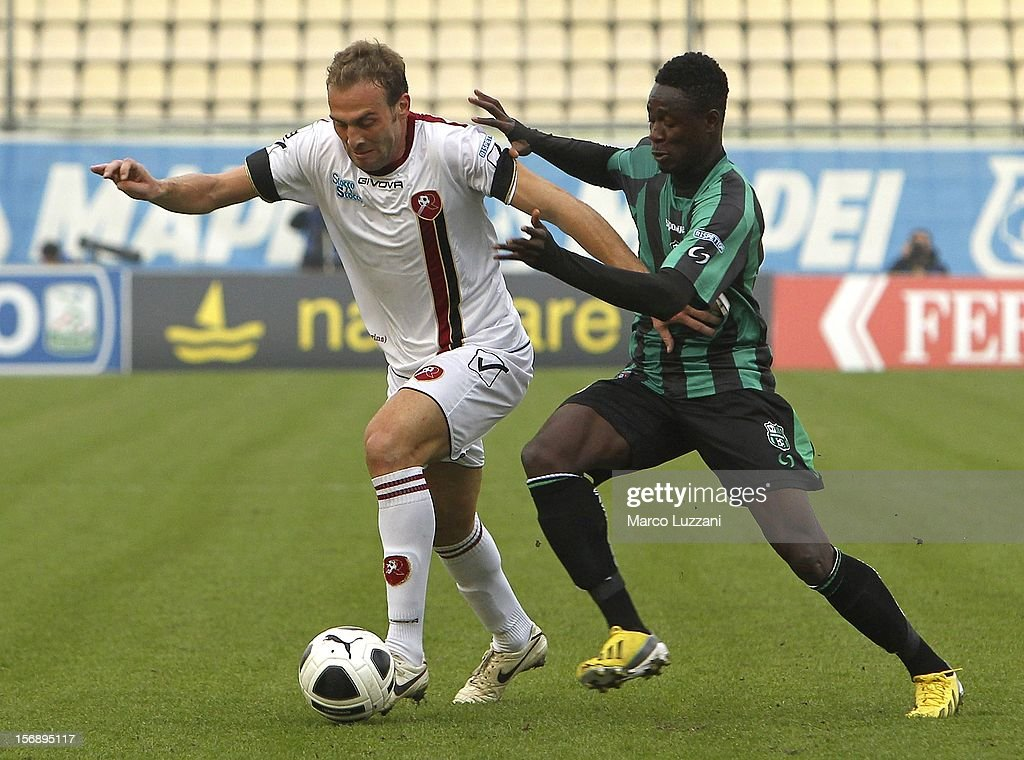 Fabrizio Melara of Reggina Calcio competes for the ball with <a gi-track='captionPersonalityLinkClicked' href=/galleries/search?phrase=Richmond+Boakye&family=editorial&specificpeople=6886367 ng-click='$event.stopPropagation()'>Richmond Boakye</a> (R) of US Sassuolo during the Serie B match between US Sassuolo and Reggina Calcio at Alberto Braglia Stadium on November 24, 2012 in Modena, Italy.