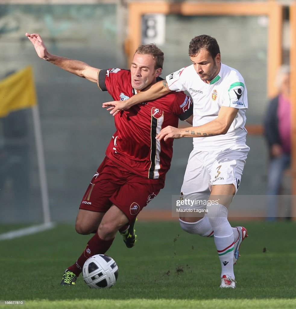 Fabrizio Melara of Reggina competes for the ball with Luigi Vitale of Ternana during the Serie B match between Reggina Calcio and Ternana Calcio at...