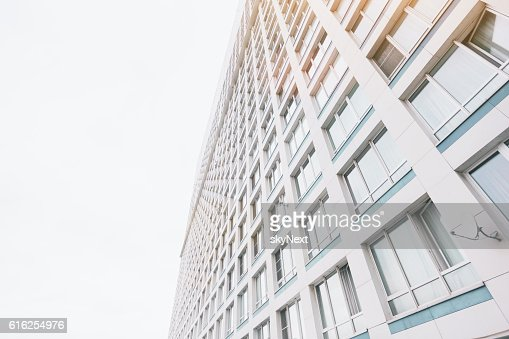 Facade of contemporary residential skyscraper apartment building : Foto de stock
