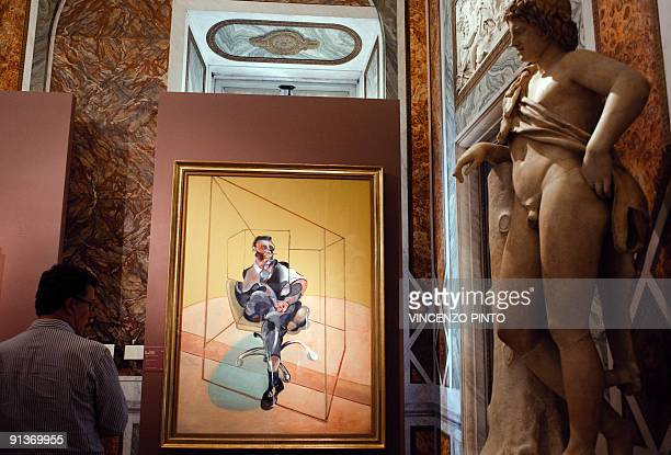 Face à face d'anthologie à Rome entre Le Caravage et Francis Bacon A journalist looks at Francis Bacon's painting ' Study for the Portrait of Michel...