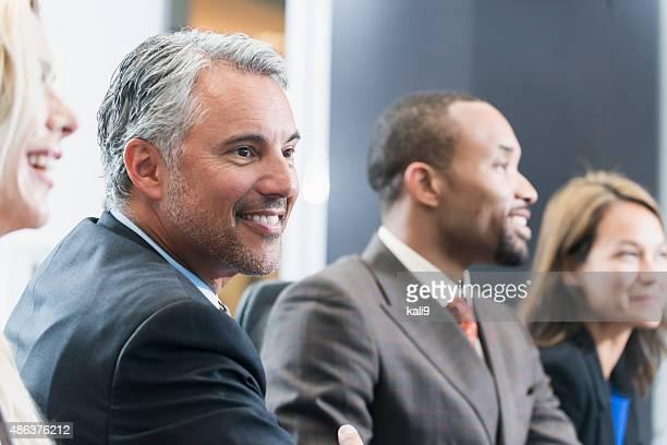 顔の成熟したビジネスマンのミーティング