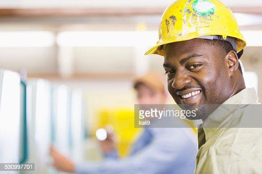 顔のアフリカ系アメリカ人のヘルメットを着用