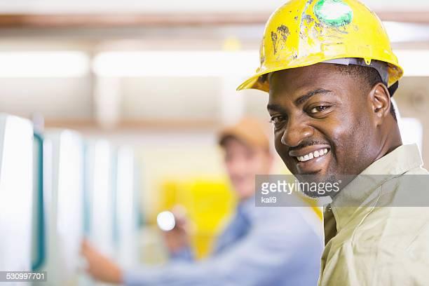 Visage de afro-américaine homme portant Casque de chantier